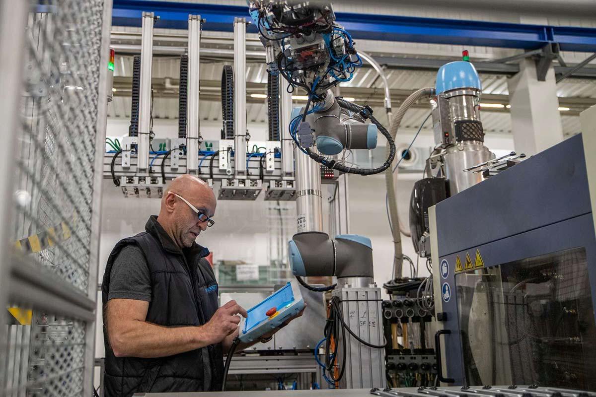 Universal Robots lance une interface pour les plasturgistes